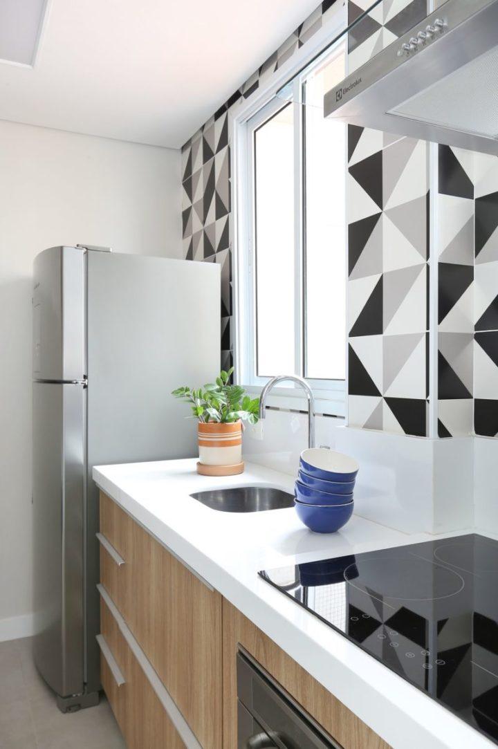 cozinha planejada com azulejos geométricos
