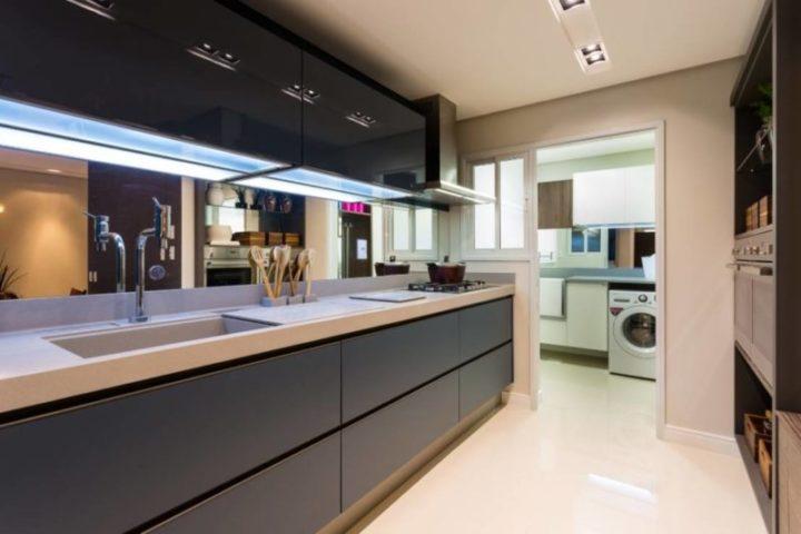 cozinha planejada com espelho na bancada